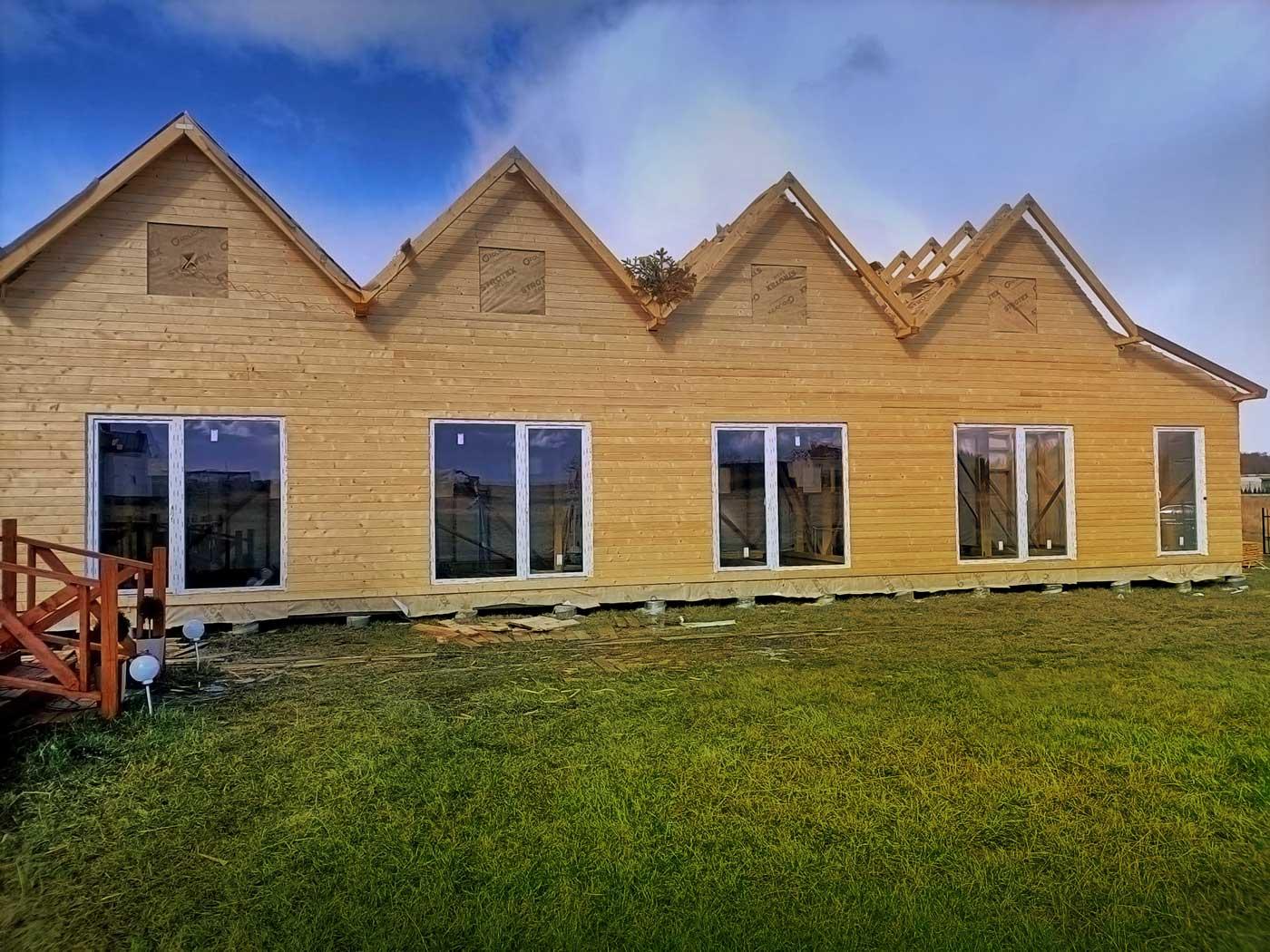 Einbau von Fenstern in ein Holzhaus Polbest